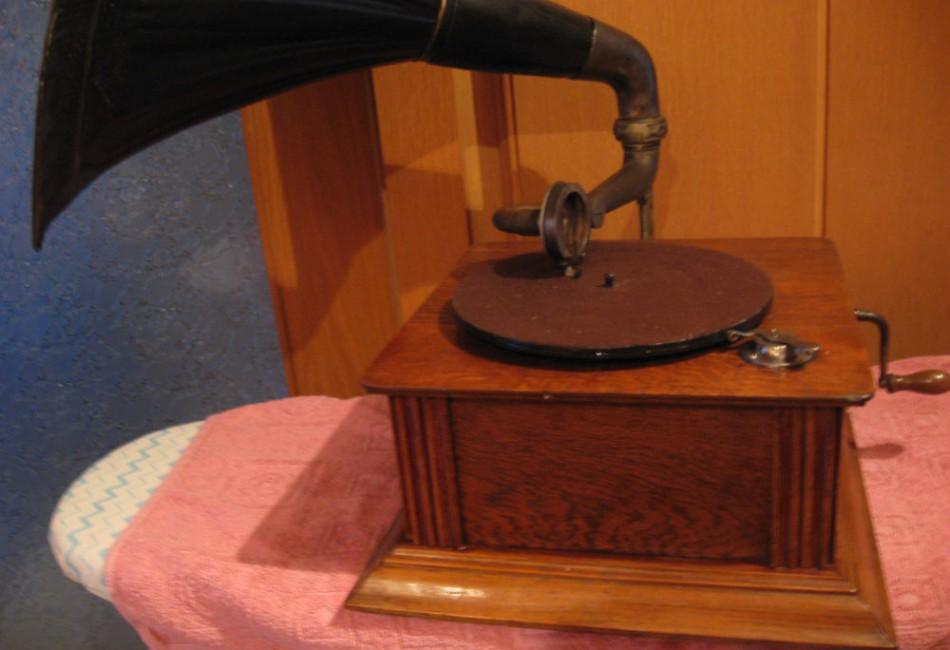 Tischgrammophon mit Platten